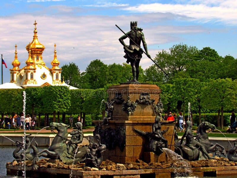Fontana di Nettuno, giardino superiore, Peterhof fotografie stock libere da diritti