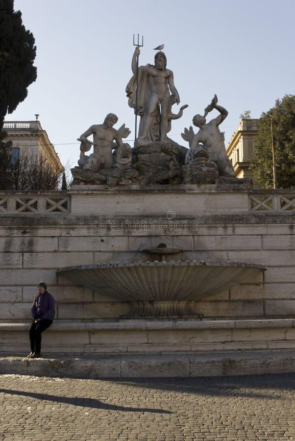 Fontana di Nettuno in Piazza del Popolo a Roma fotografia stock libera da diritti