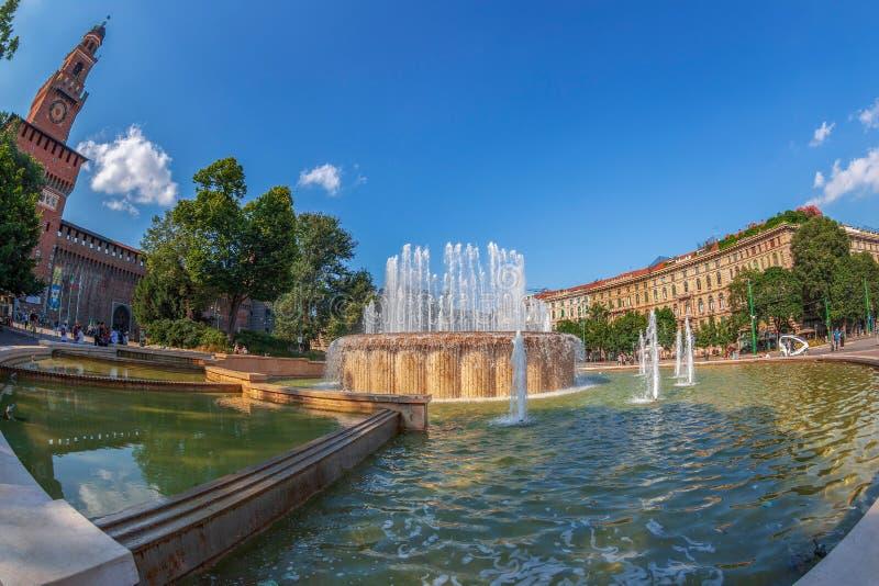 Fontana Di Piazza Castello voor castello Sforzesco, Milaan stock foto's