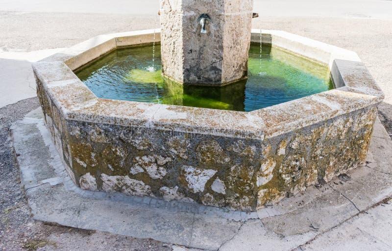 Fontana di pietra con le tubature dell'acqua immagini stock