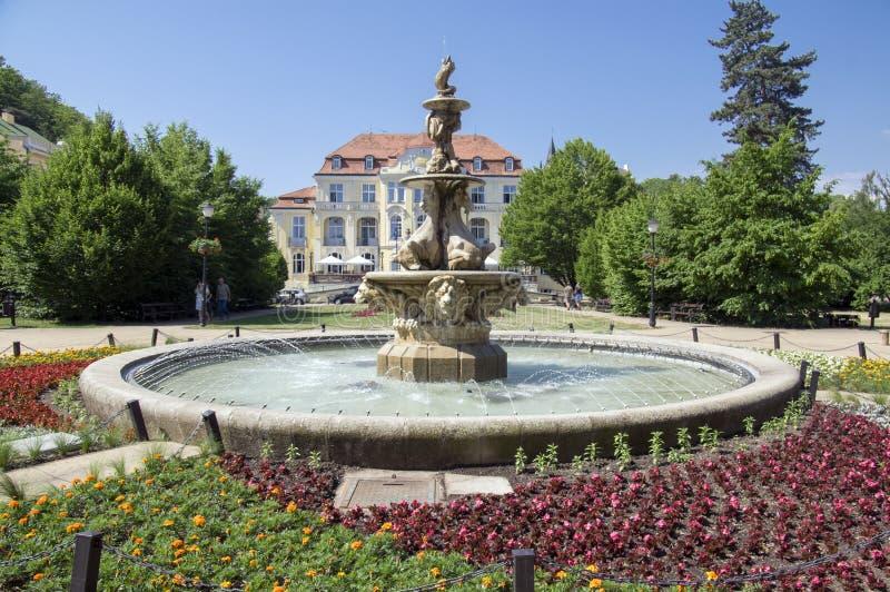 Fontana di pietra del cavallo del marmo e della stazione termale in città Teplice v Cechach, repubblica Ceca fotografie stock