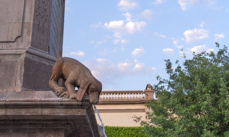 Fontana di pietra della statua del cane fotografia stock
