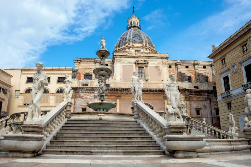 Fontana di Pretoria con la cupola della chiesa Palermo, Sicilia, Italia fotografie stock libere da diritti