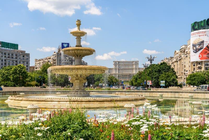 Fontana di Union Square e Camera del palazzo del Parlamento o della gente a Bucarest fotografia stock libera da diritti