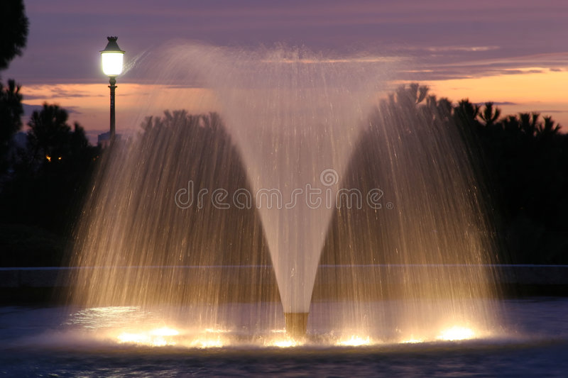 Download Fontana e crepuscolo immagine stock. Immagine di cielo - 3894819
