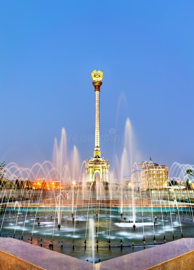 Fontana e monumento in Dušanbe, la capitale di indipendenza del Tagikistan immagine stock libera da diritti