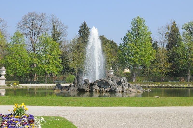 Fontana in giardino fotografie stock