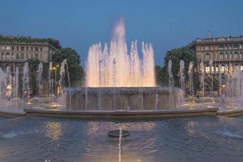 Download Fontana Illuminata Nella Sera Fotografia Stock - Immagine di medioevale, vecchio: 93979232