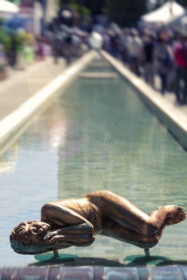 Fontana lunga della stazione termale di Abano Terme in Italia Statua che dorme in acqua immagini stock