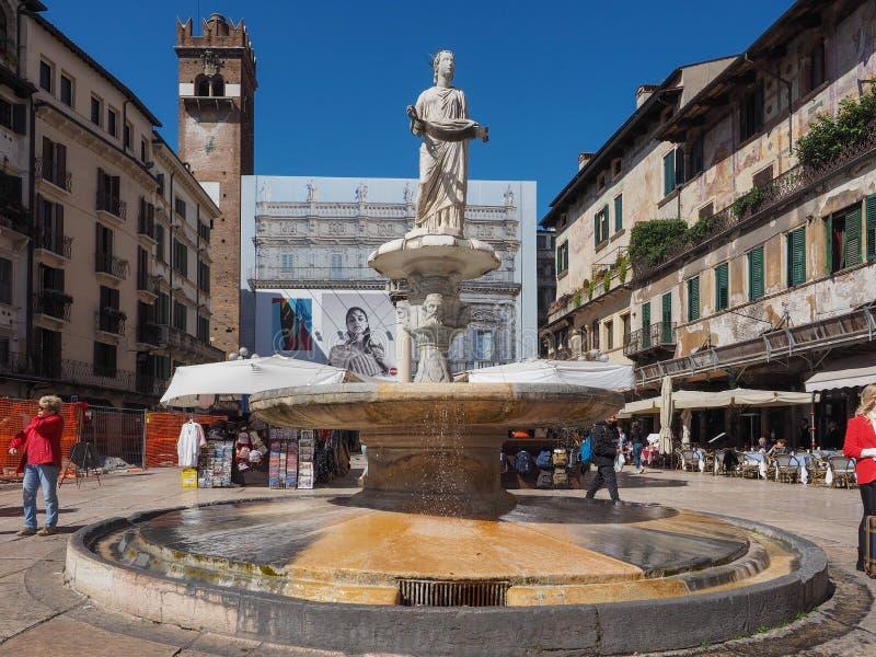 Fontana Madonna nel delle Erbe della piazza a Verona fotografia stock