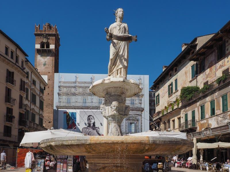Fontana Madonna nel delle Erbe della piazza a Verona fotografie stock libere da diritti