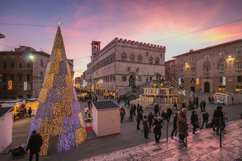 Fontana Maggiore sulla piazza IV Novembre a tempo di natale a Perugia immagine stock libera da diritti
