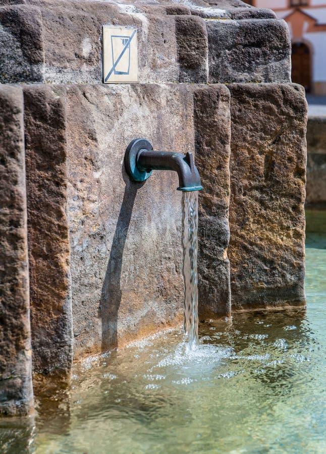 Fontana medievale, Hradec Kralove, repubblica Ceca fotografie stock libere da diritti