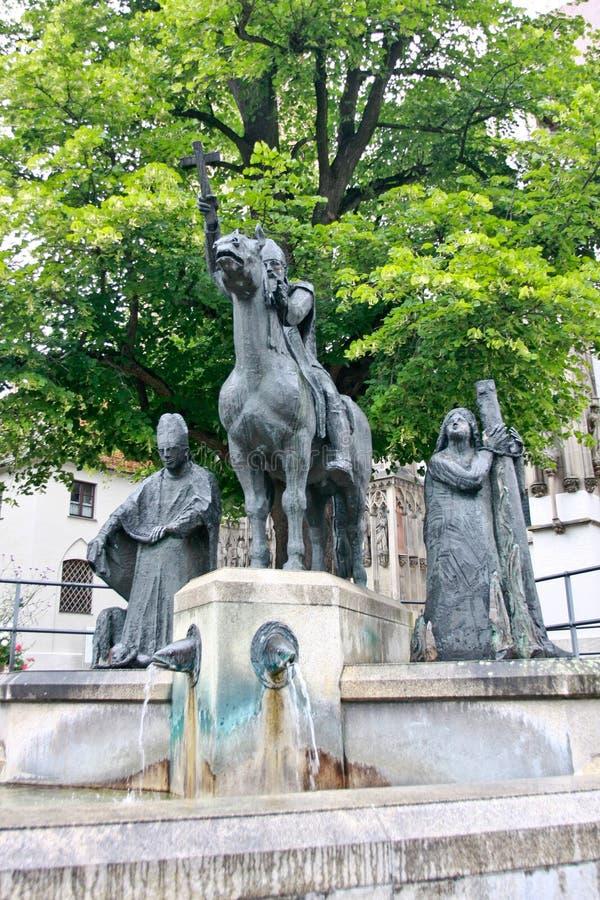 Fontana monumentale davanti alla cattedrale Afra, al vescovo Simpert ed al vescovo Ulrich, Augusta, Schwaben, Baviera, Germania,  fotografie stock libere da diritti