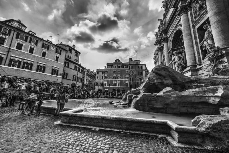Fontana mundialmente famoso di Trevi em Roma em preto e branco imagem de stock