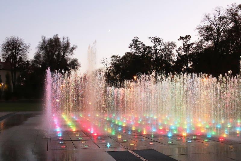 Fontana musicale asciutta con di un pendente colorato multi nella sera Organizzazione di ricreazione nel paesaggio urbano Area de fotografia stock libera da diritti