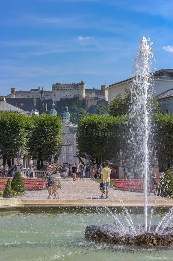 Fontana nei giardini del palazzo di Mirabell e nella fortezza di Hohensalzburg fotografie stock