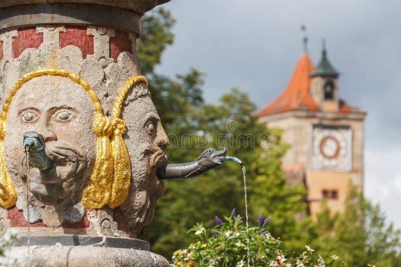 Fontana nel centro storico del der Tauber del ob di Rothenburg fotografia stock libera da diritti