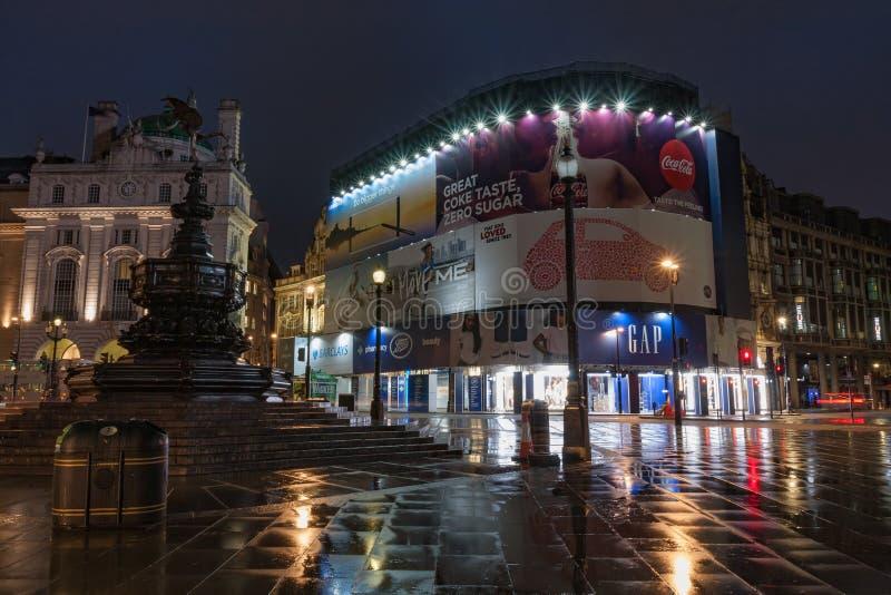 Fontana nel circo di Piccadilly nel tempo piovoso di primo mattino immagini stock libere da diritti
