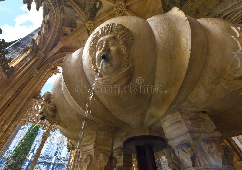 Fontana nel cortile del monastero di Batalha fotografia stock