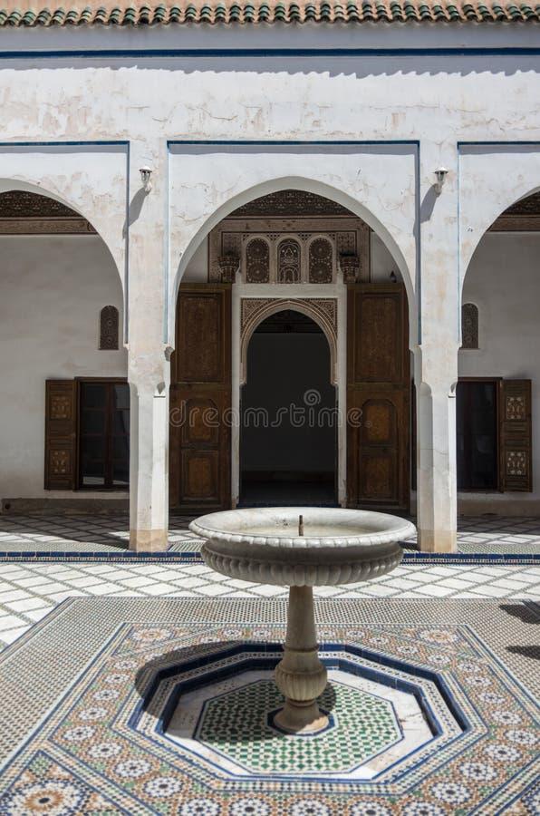 Fontana nel cortile del palazzo della Bahia Marrakesh, Marocco fotografie stock libere da diritti