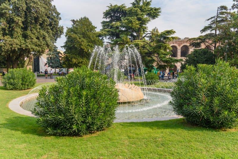 Fontana nel reggiseno della piazza a Verona L'Italia immagini stock