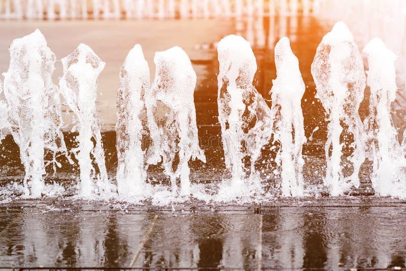 Fontana nella plaza della città, fine su Zampillo di acqua di una fontana Getto di acqua in fontana della citt? fotografie stock libere da diritti