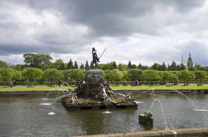 Fontana Nettuno prima della tempesta Petrodvorets immagine stock