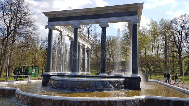 Fontana in Peterhof in San Pietroburgo immagini stock