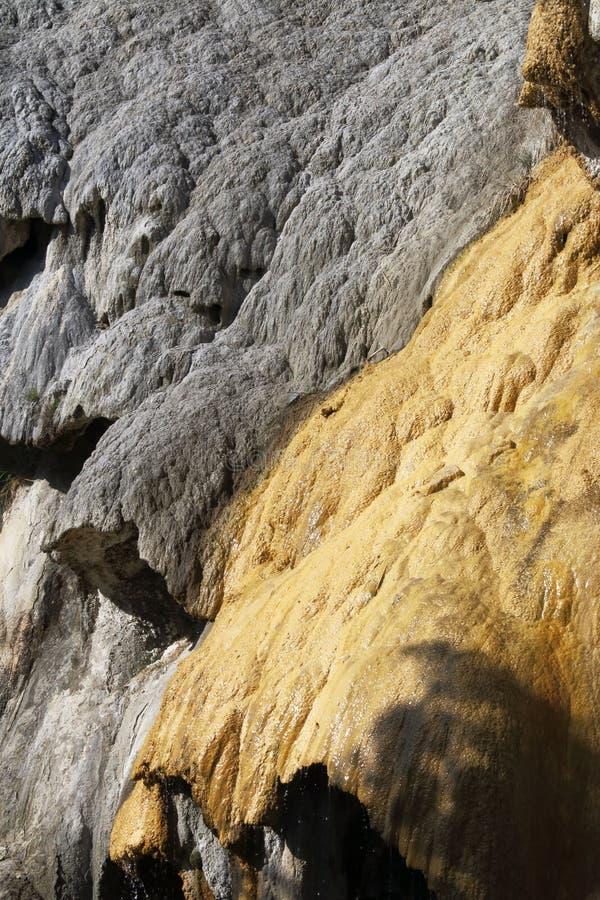 Fontana petrificata della struttura di Réotier, Hautes-Alpes, Francia immagini stock