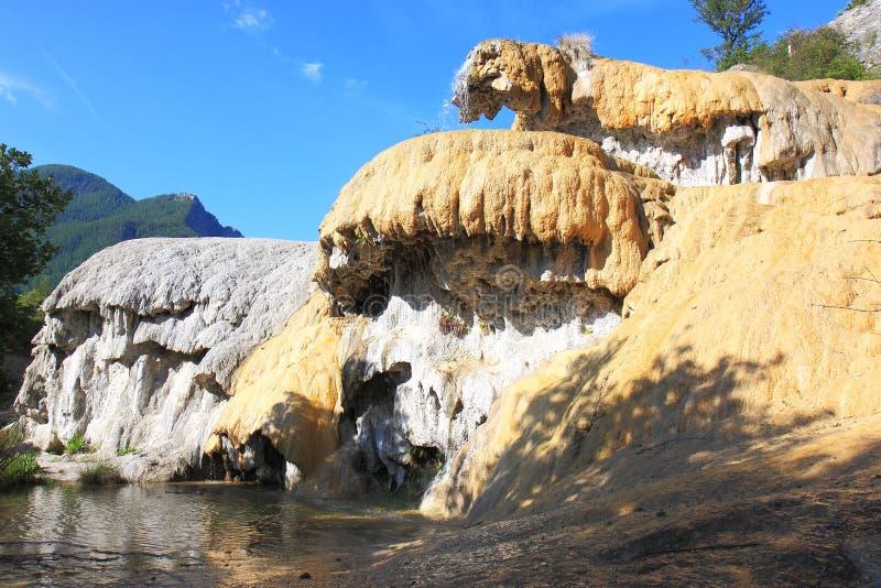Fontana petrificata vicino a Réotier nel Hautes-Alpes, Francia fotografia stock