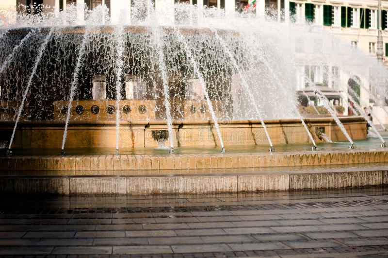 Fontana in piazza de Ferrari a Genova Italia fotografia stock libera da diritti