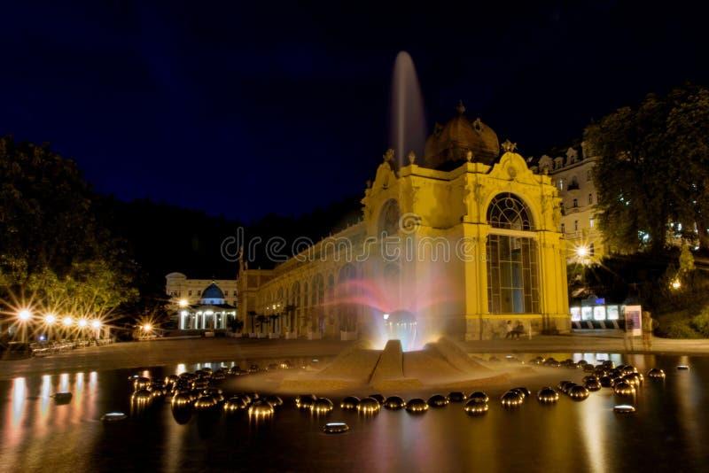 Fontana principale alla notte - Marianske Lazne di canto e della colonnato - la repubblica Ceca immagine stock