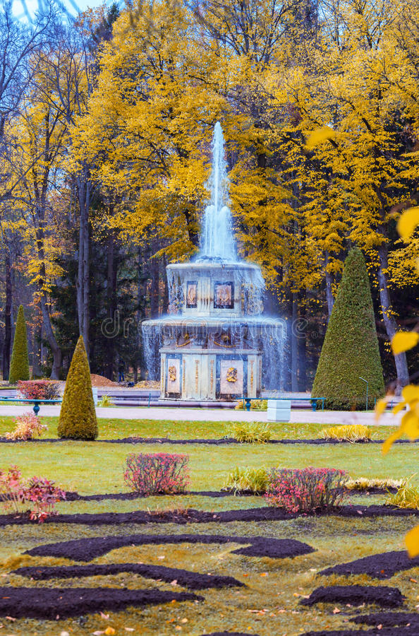 Fontana romana in giardini più bassi di Peterhof fotografie stock