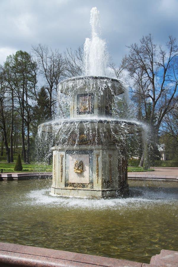Fontana romana nel parco di Peterhof vicino a St Petersburg, Russia fotografie stock