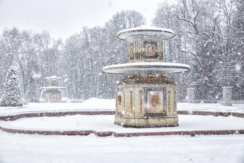 Fontana romana in Peterhof nell'inverno immagini stock