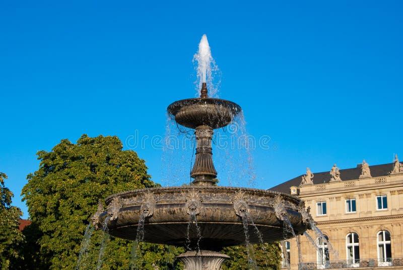 Fontana su Schlossplatz a Stuttgart fotografia stock libera da diritti