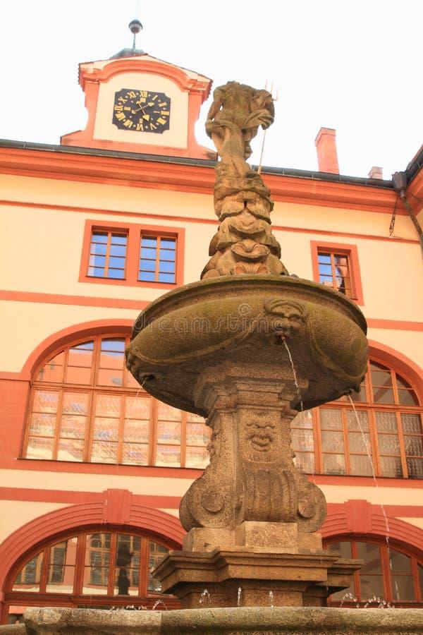 Fontana sul cortile del palazzo Lnare immagini stock libere da diritti