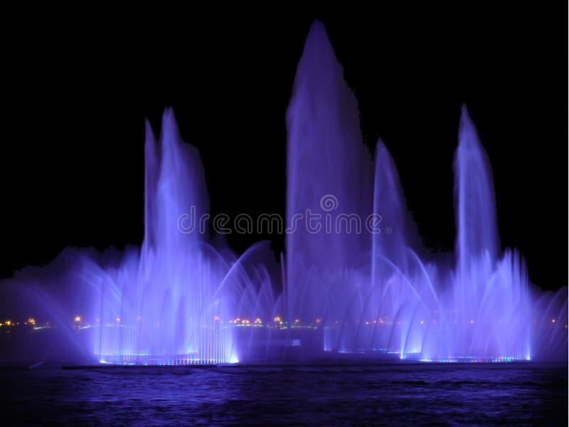 Fontana sul fiume fotografia stock