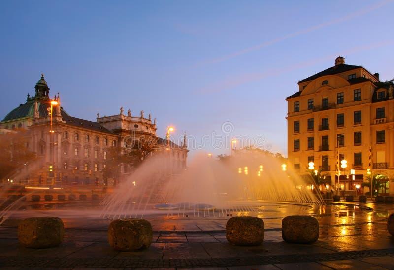 Fontana sul quadrato in sera. Monaco di Baviera fotografie stock libere da diritti