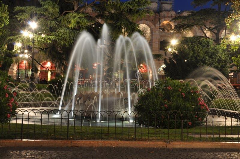 Fontana sul reggiseno Verona della piazza nella notte fotografie stock