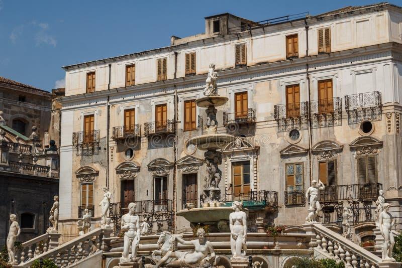 Fontana sulla piazza di Pretoria a Palermo, Sicilia fotografie stock