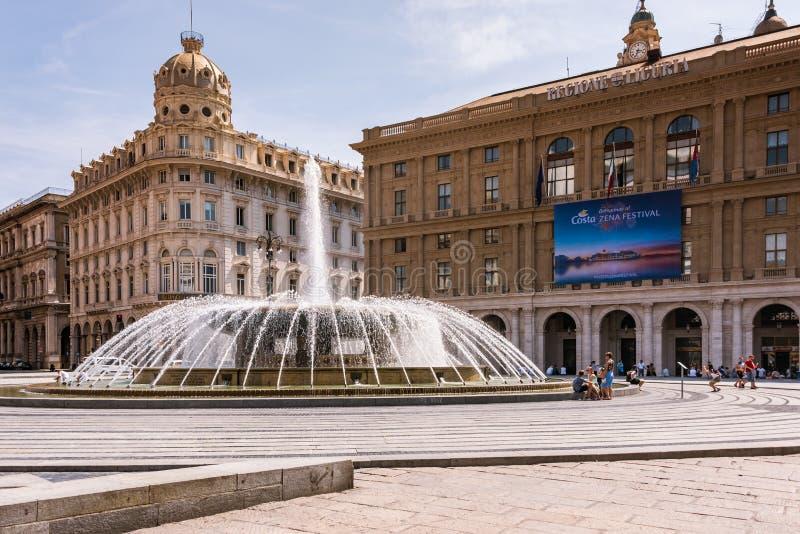 Fontana sulla piazza Raffaele de Ferrari a Genova - il cuore della città, le sedi della regione ligura Liguria, Italia fotografia stock libera da diritti