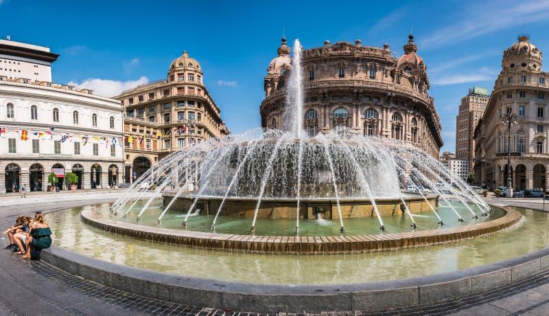 Fontana sulla piazza Raffaele de Ferrari a Genova - il cuore della città, Liguria, Italia immagini stock libere da diritti