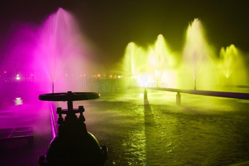 Fontana variopinta nella notte fotografie stock