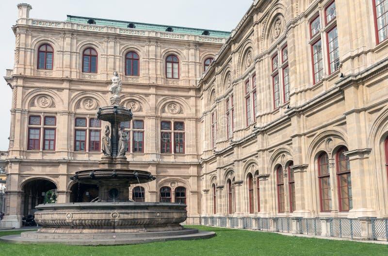 Fontana vicino all'opera dello stato di Vienna a Vienna, Austria immagine stock libera da diritti
