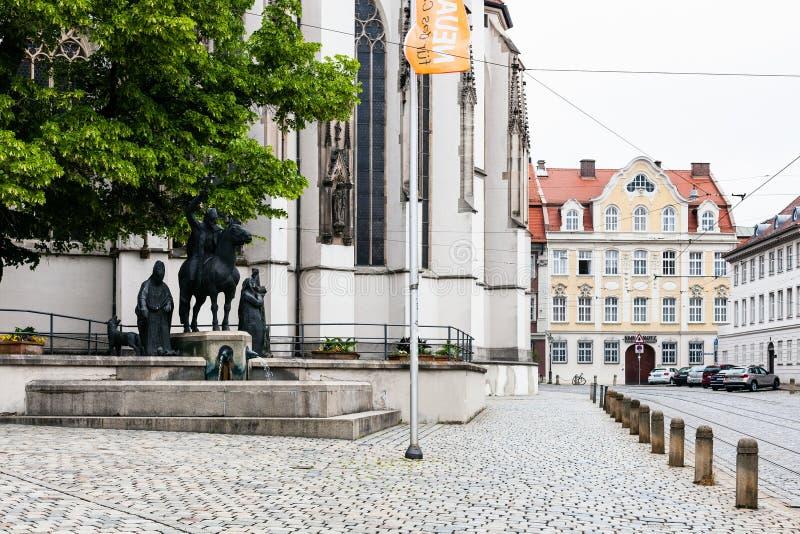 Fontana vicino alla cattedrale a Augusta immagine stock