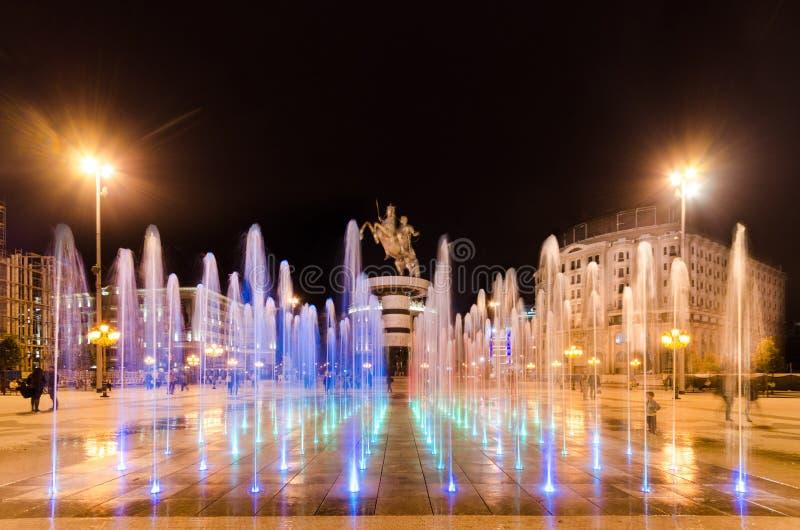 Fontane di dancing illuminate a nigth sulla Macedonia quadrata a Skopje fotografie stock