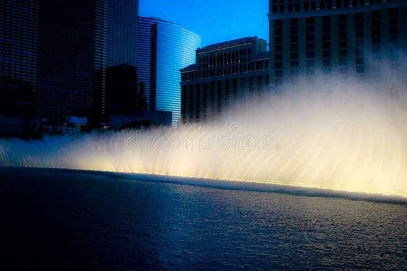 Fontane di Las Vegas alla notte fotografia stock libera da diritti