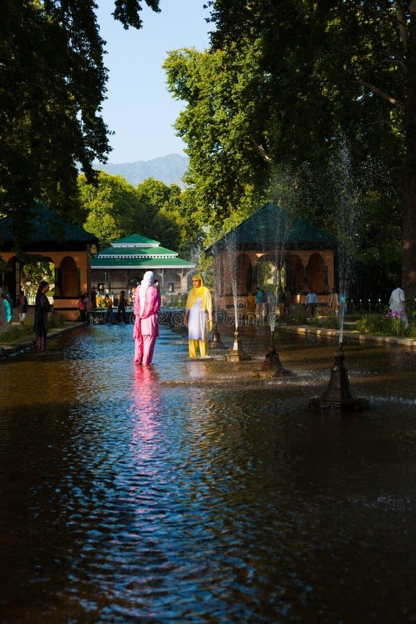 Fontane femminili dei turisti di Shalimar Bagh Srinagar immagine stock